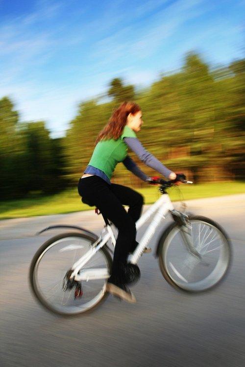 Trendige Sportkleidung für Radlerinnen
